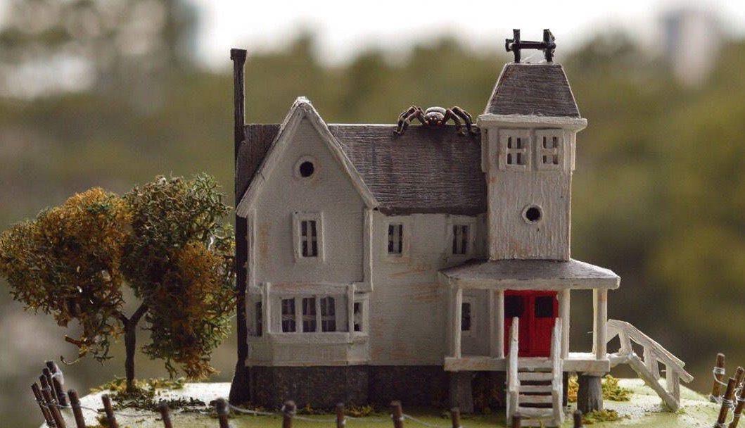 a diferencia de Beetlejuice, nosotros no tenemos una réplica en miniatura de tu casa